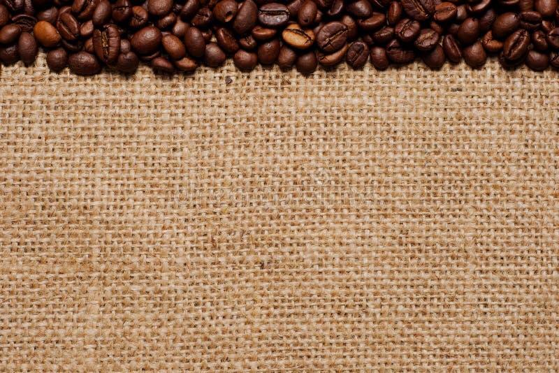 Chicchi di caffè su tela da imballaggio #1 fotografie stock libere da diritti
