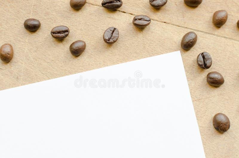 Chicchi di caffè su una tavola fotografie stock