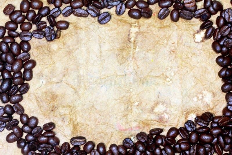 Chicchi di caffè su vecchio documento immagini stock libere da diritti