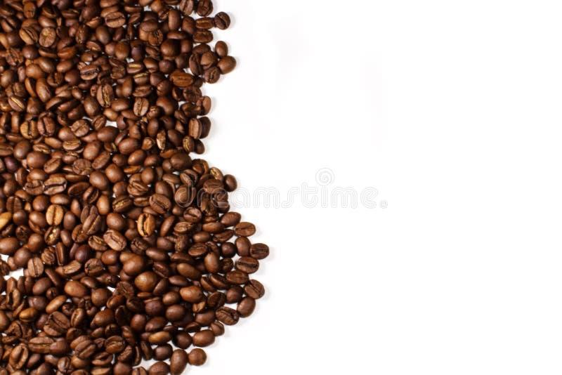 Chicchi di caffè sul fondo della tavola fotografie stock