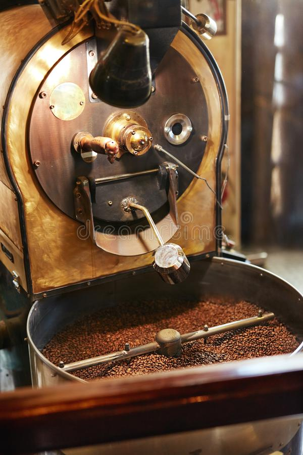 Chicchi di caffè di torrefazione in caffetteria fotografia stock