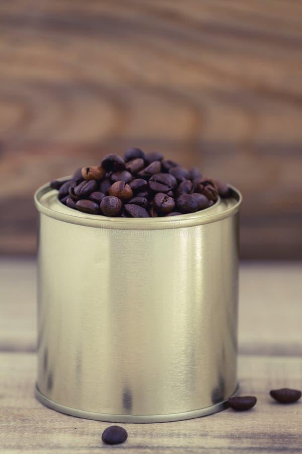 Chicchi di caffè in un barattolo di latta fotografie stock