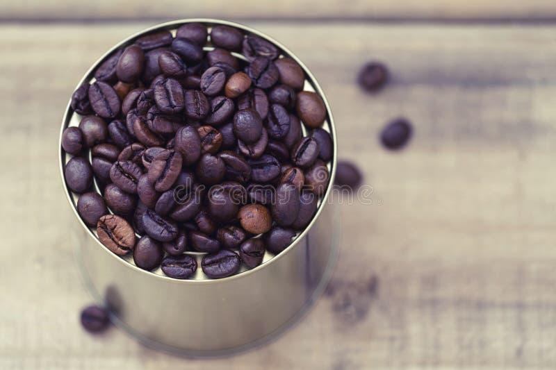 Chicchi di caffè in un barattolo di latta fotografia stock