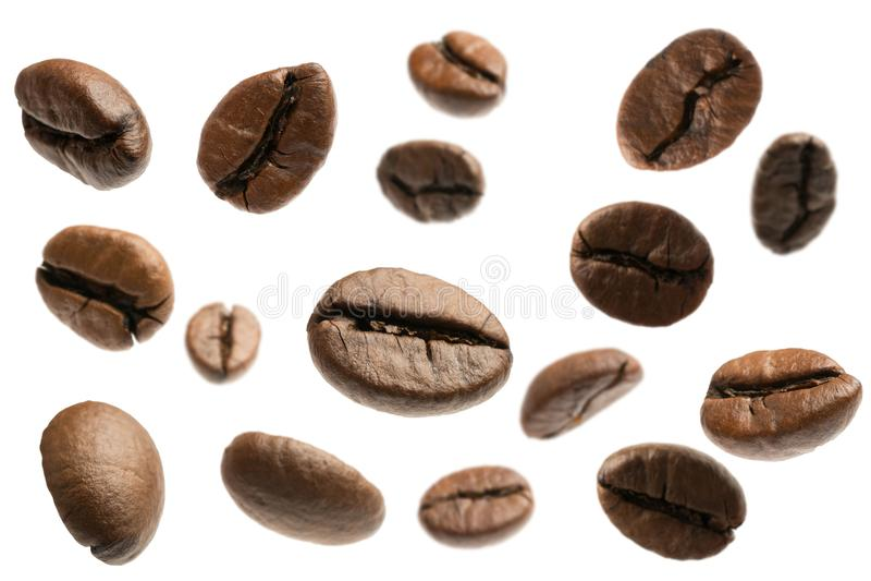 Chicchi di caffè di volo isolati fotografia stock