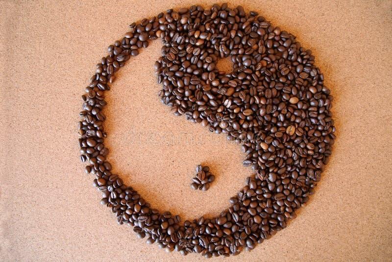 Chicchi di caffè di yin yang su fondo di legno fotografia stock