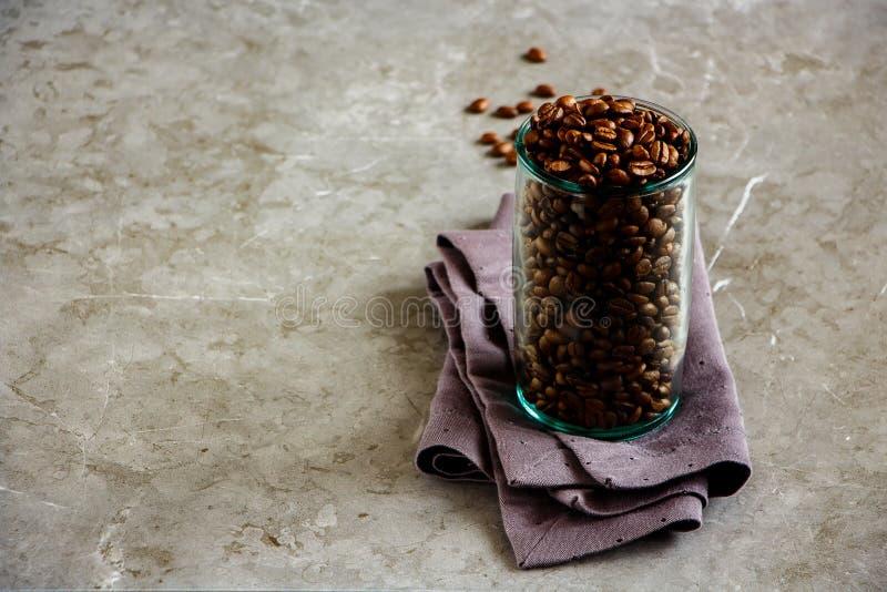 Chicchi di caff? in barattolo immagini stock libere da diritti