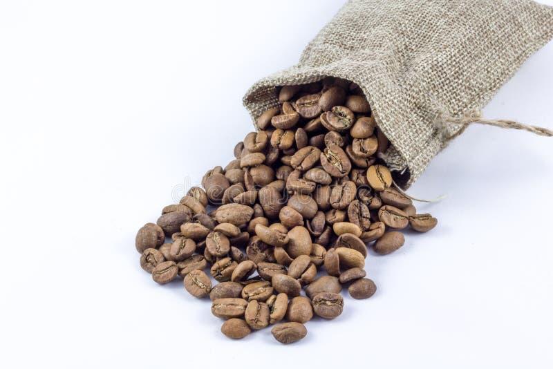 Chicchi di caff? in borsa isolata su fondo bianco immagini stock