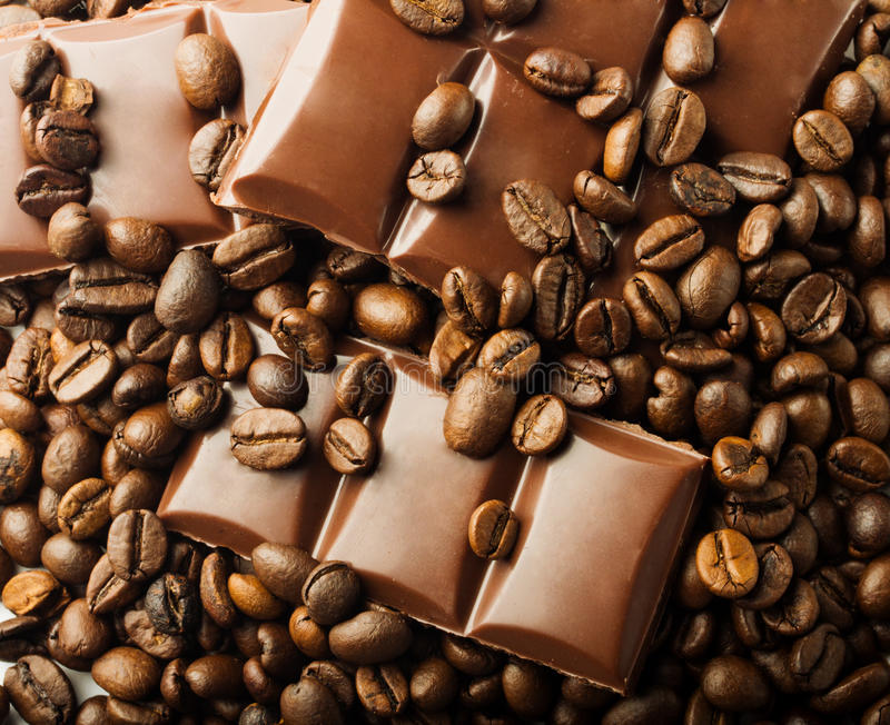 Chicchi e cioccolato di caffè arrostiti fotografia stock