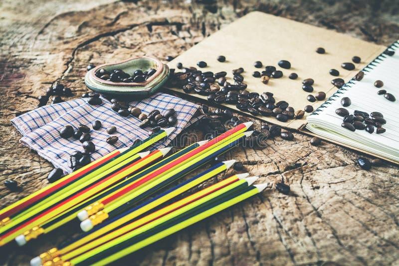 Chicchi e matita di caffè di storia di amore di mattina su backgr di legno immagine stock libera da diritti