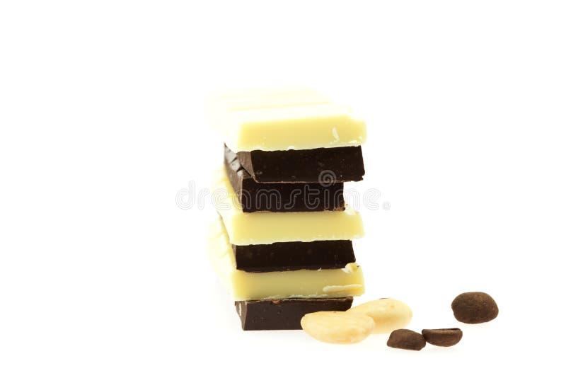 Chicchi e noci di caffè del cioccolato, isolati su briciolo immagine stock