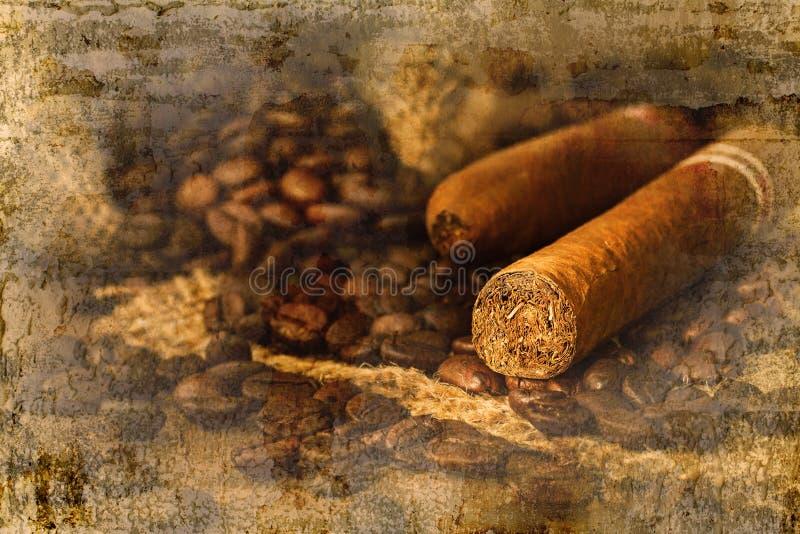 Chicco di caffè e del sigaro in piccolo sacco sulla tavola di legno fotografie stock libere da diritti