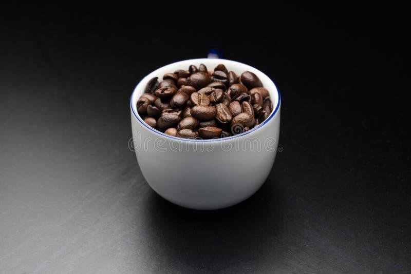 Chicco di caffè in tazza bianca fotografia stock libera da diritti