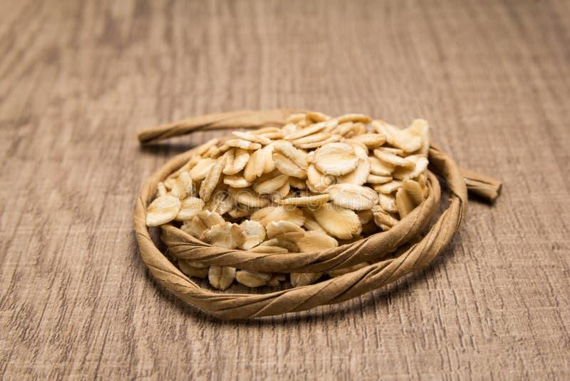 Chicco di grano dell'avena Corda di carta intorno a grano Fuoco selettivo fotografia stock libera da diritti