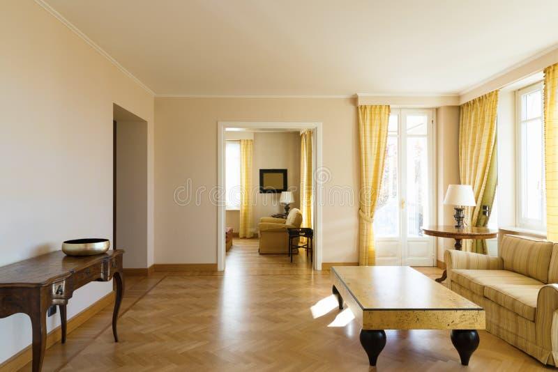 Chich meublé par salon jaune image libre de droits