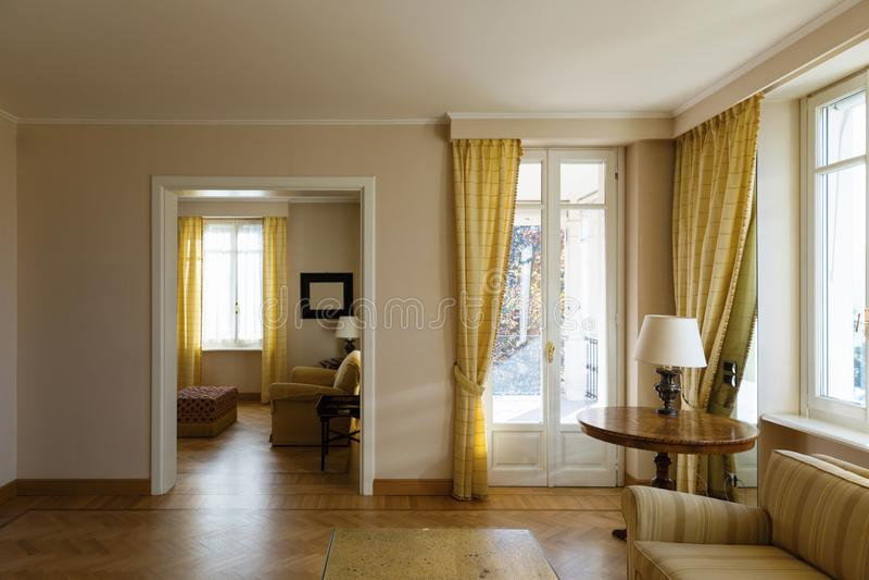 Chich meublé par salon jaune photos libres de droits