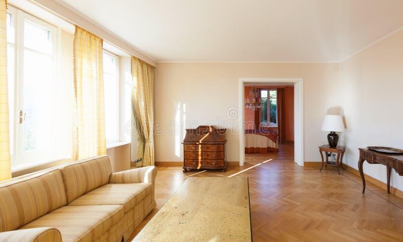 Chich meublé par salon jaune photo libre de droits