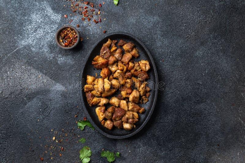 CHICHARRON COLOMBIEN Chicharron frit de porc de plat noir Vue supérieure photographie stock