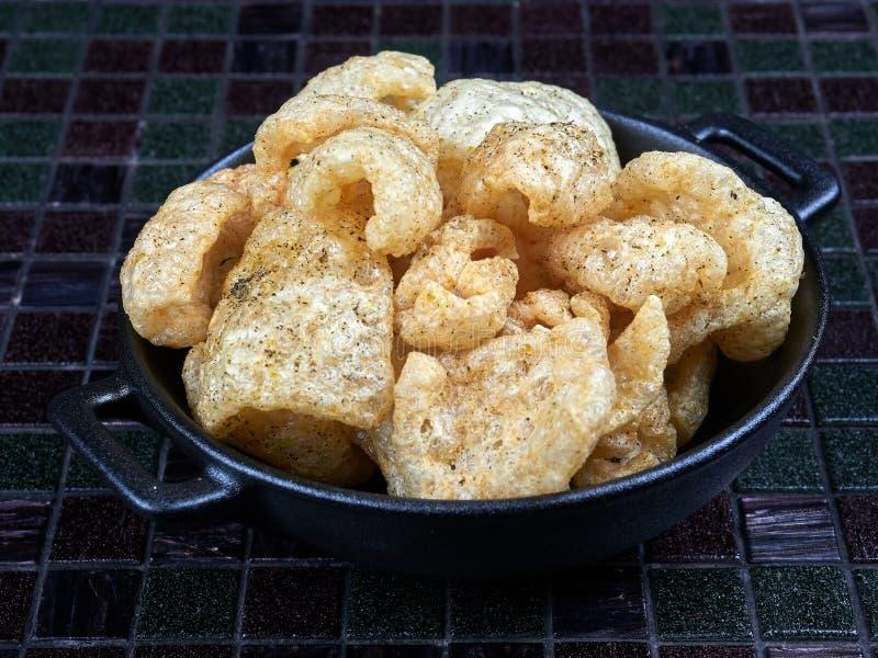 Chicharron ou chicharrones, peau de porc frite image stock
