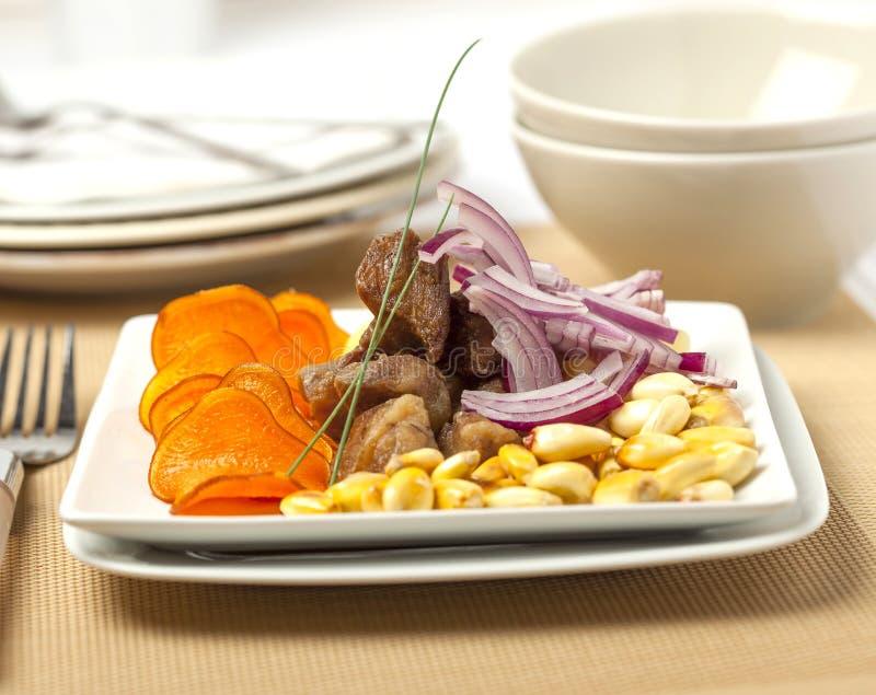 Chicharrones, gebratenes Schweinefleisch Südamerikanischer Teller lizenzfreies stockfoto