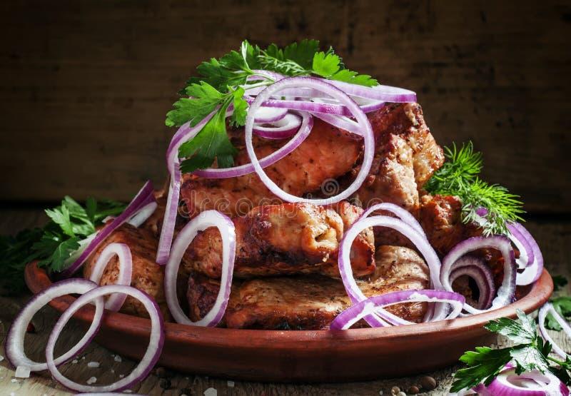 Chiche-kebab caucasien de porc à l'oignon rouge et frais traditionnels image libre de droits