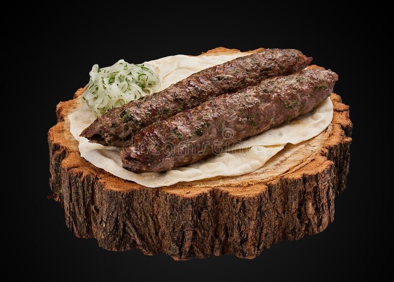 Chiche-kebab d'agneau sur une tranche en bois photo stock