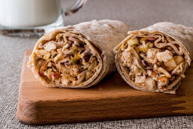 Chiche-kebab de blé dur de shawarma de poulet avec l'ayran ou le babeurre/Tantuni photographie stock libre de droits