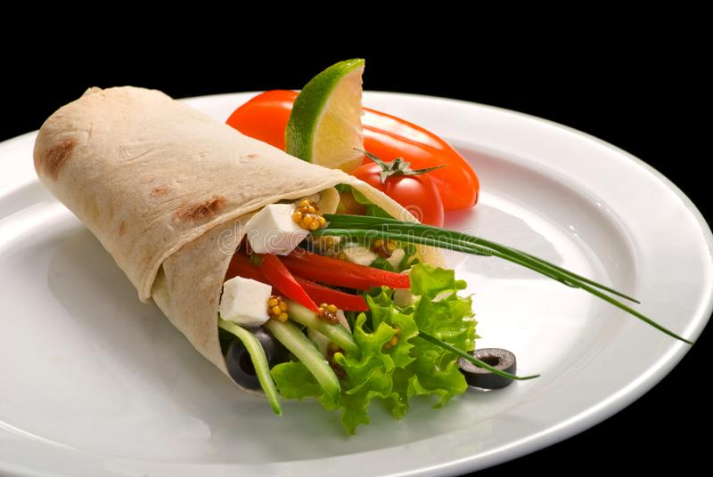 Chiche-kebab de doner de poulet et légumes frais en rouleau de lavash de pain pita photos stock