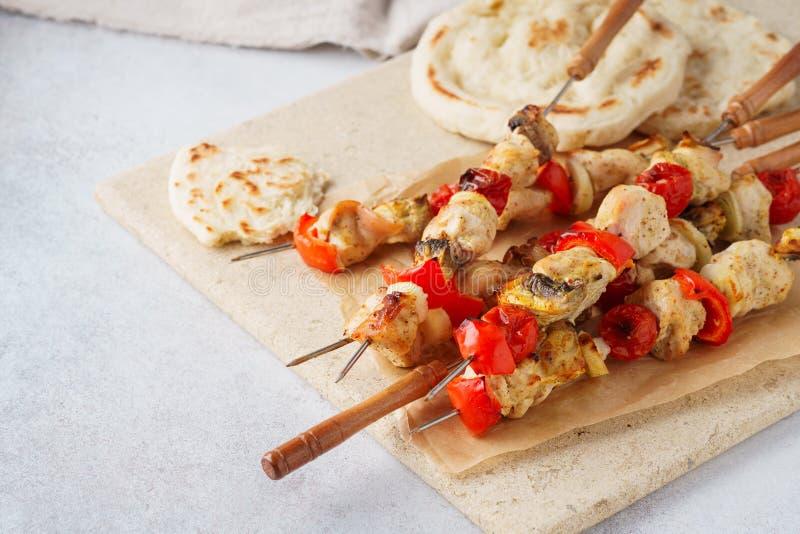 Chiche-kebab de la Turquie ou du poulet sur des brochettes avec les champignons et le pain pita images libres de droits