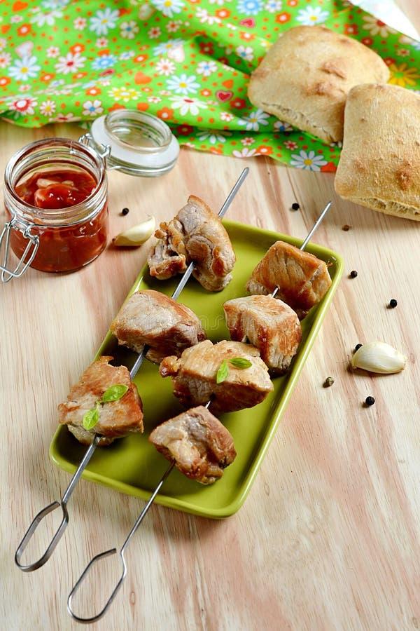 Chiche-kebab de porc avec la sauce tomate photos libres de droits