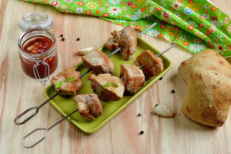 Chiche-kebab de porc avec la sauce tomate photo libre de droits