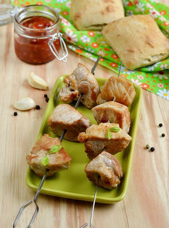 Chiche-kebab de porc avec la sauce tomate photographie stock