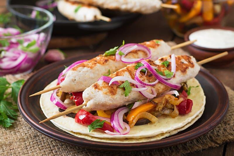 Chiche-kebab de poulet avec les légumes grillés image libre de droits