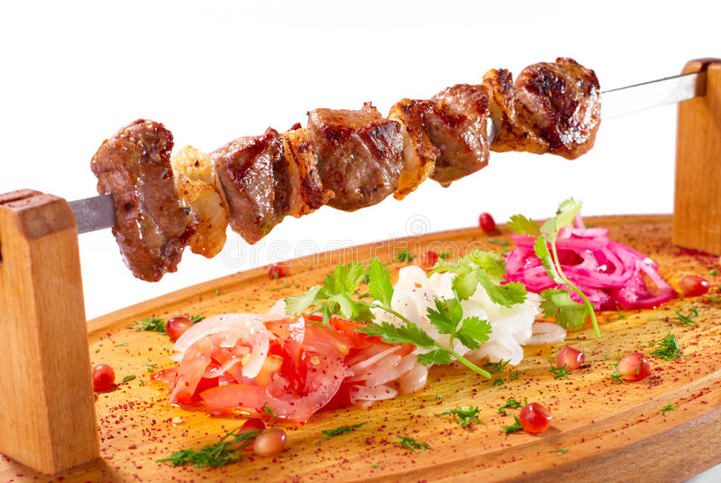 Chiche-kebab de Shish sur un support en bois photographie stock libre de droits