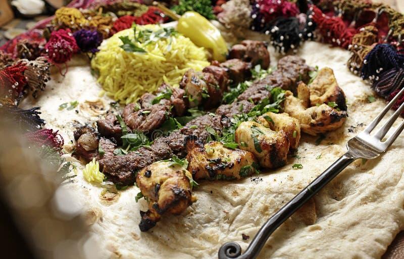 Chiche-kebab de viande de main et pain locaux de lavash photo libre de droits