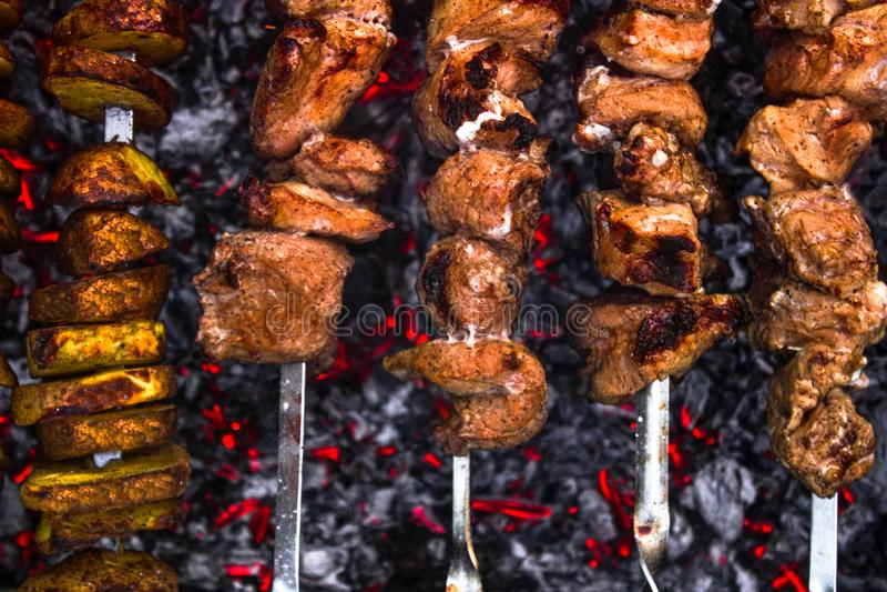 Chiche-kebab et pomme de terre de porc préparant sur un gril images stock