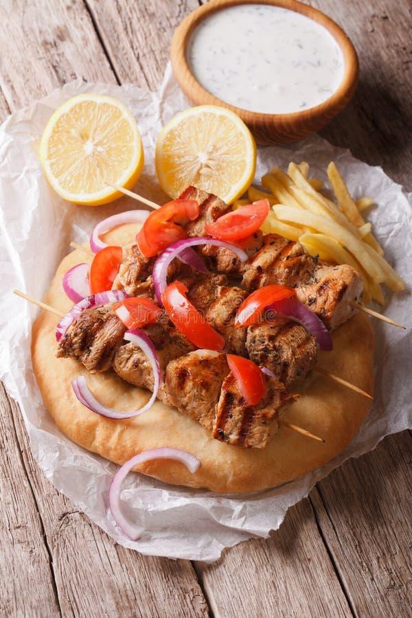 Chiche-kebab grec avec des tomates, des oignons et des pommes frites sur le pain pita photo stock
