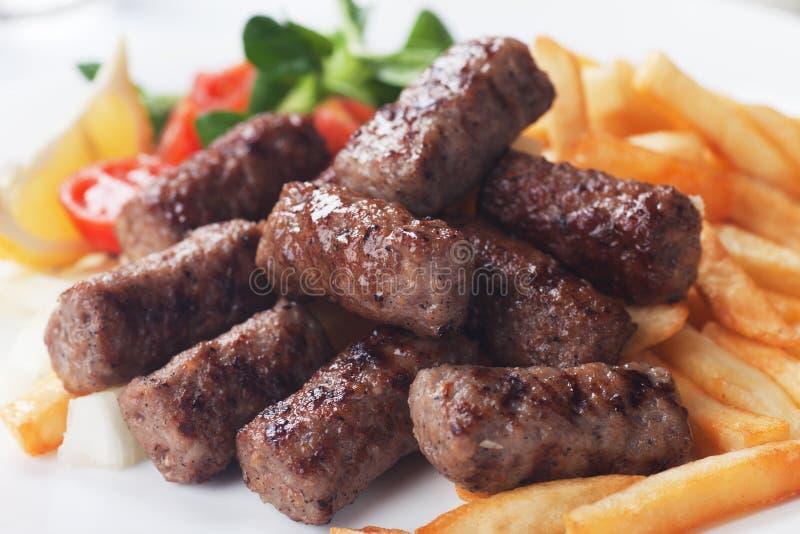 Chiche-kebab grillé avec des pommes frites image libre de droits