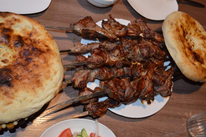 Chiche-kebab, chiche-kebab grillé, chiche-kebab croustillant, brochettes sur des brochettes, chiche-kebab juteux, chiche-kebab sa photos libres de droits