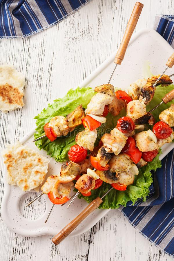 Chiche-kebab grillé de poulet sur des brochettes avec les champignons et le paprika images stock