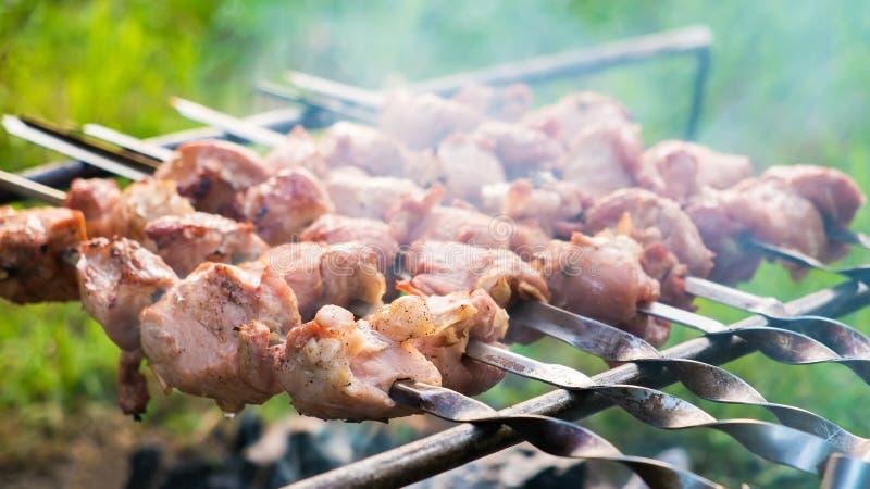 Chiche-kebab grillant sur un feu photos stock
