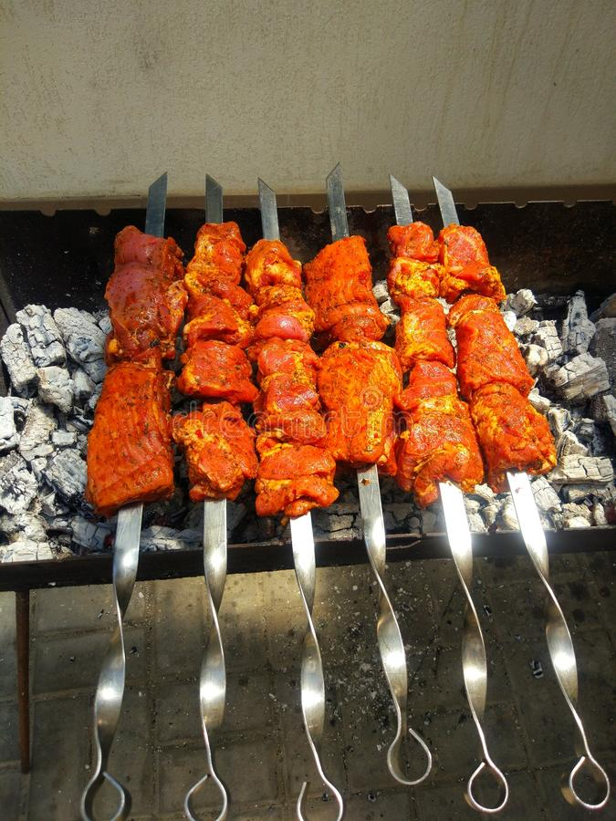 Chiche-kebab juteux et savoureux sur le charbon de bois photos libres de droits