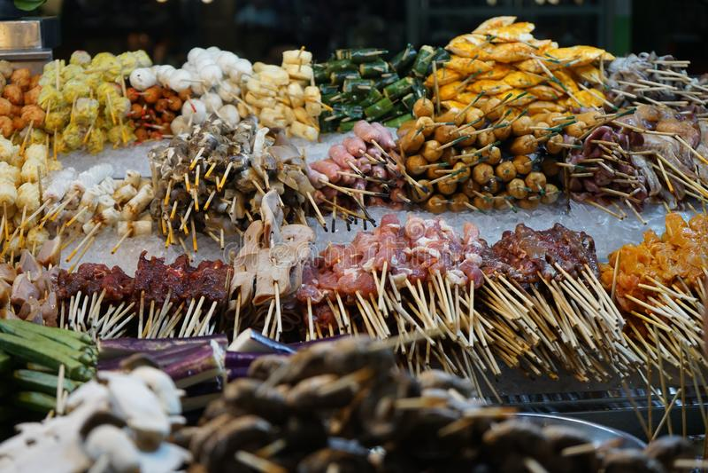 Chiche-kebab prêt à cuisiner sur le marché de nourriture de barbecue photographie stock