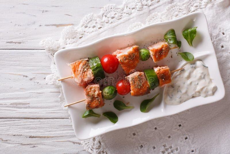 Chiche-kebab saumoné avec des légumes d'un plat vue supérieure horizontale photo libre de droits