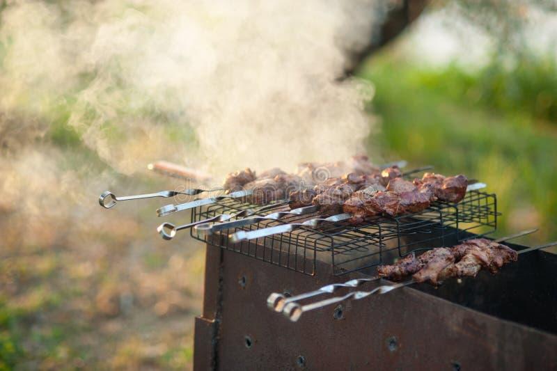 Chiche-kebab sur le gril Shashlik mariné préparant sur un gril de barbecue au-dessus de charbon de bois photos libres de droits