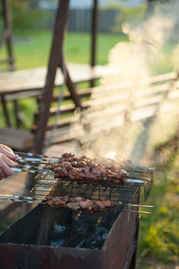 Chiche-kebab sur le gril Shashlik mariné préparant sur un gril de barbecue au-dessus de charbon de bois image libre de droits