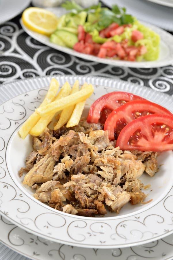 Chiche-kebab turc avec des pommes frites et des tomates photos stock