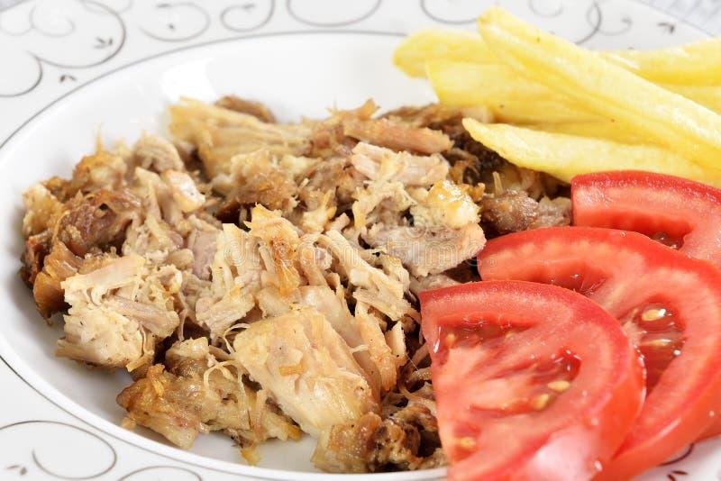 Chiche-kebab turc avec des pommes frites et des tomates images libres de droits