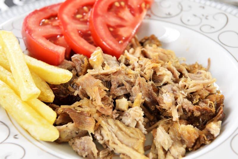 Chiche-kebab turc avec des pommes frites et des tomates photographie stock