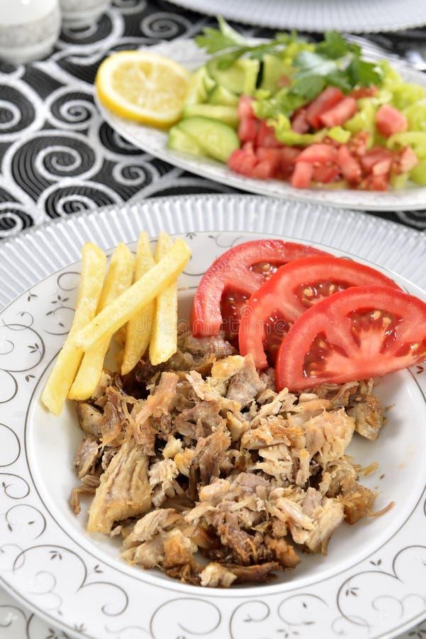 Chiche-kebab turc avec des pommes frites et des tomates photo libre de droits
