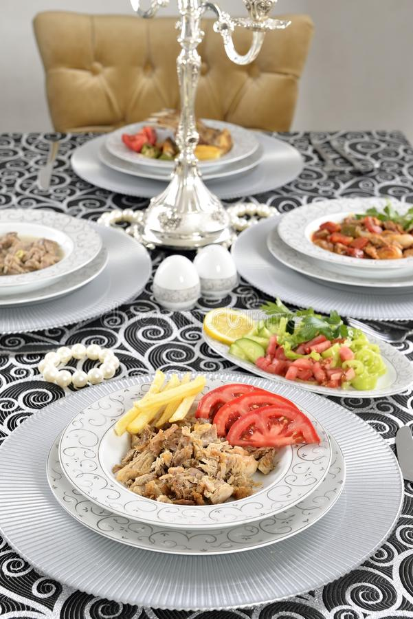 Chiche-kebab turc avec des pommes frites et des tomates images stock